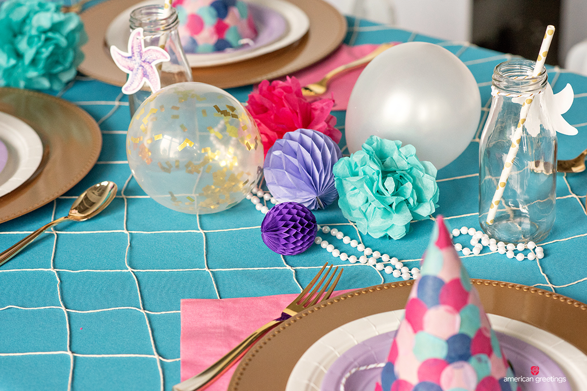 Mini balloons, confetti ballons and pearls on the dinner table