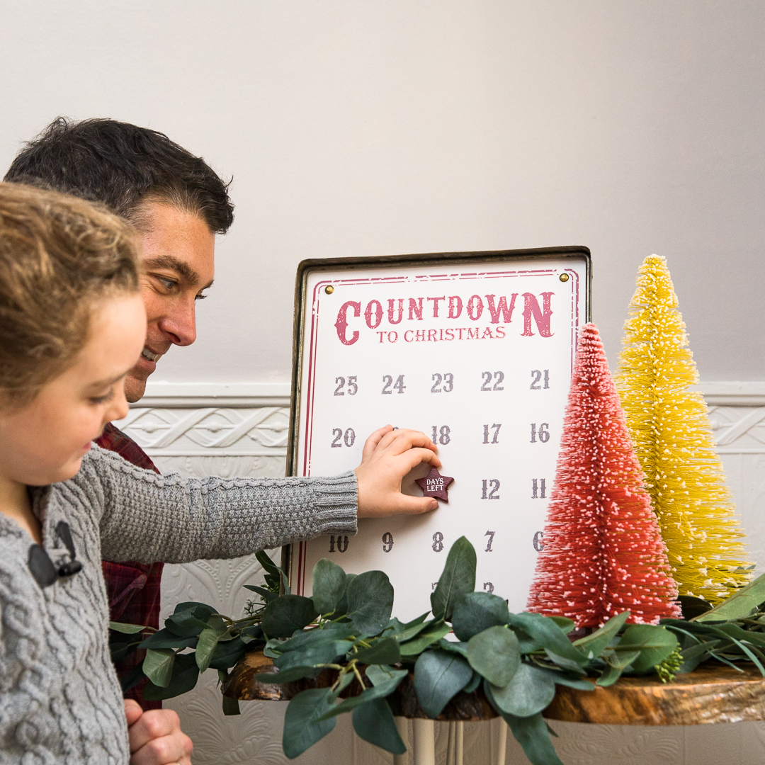 Beatiful kid with her dad making the countdown for Christmas.